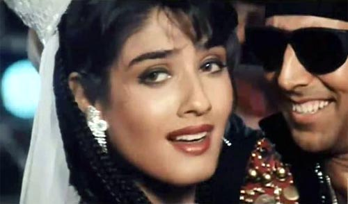 Raveena Tandon and Akshay Kumar in Tu Cheez Badi Hai from Mohra