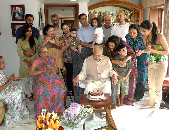 Pran with his wife (seated), daughter Pinky Bhalla (on his left) and his family on his 92nd birthday