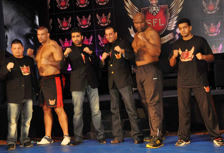 Raj Kundra and Sanjay Dutt with participating fighters