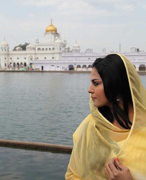 PIX: Veena Malik Visits Gurudwara In Punjab