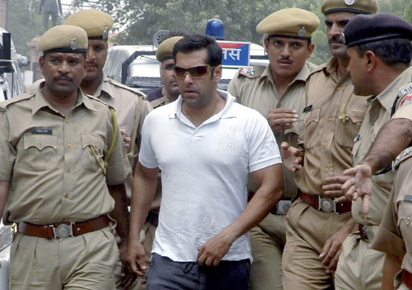 Salman Khan being presented in a Jodhpur court in 2007