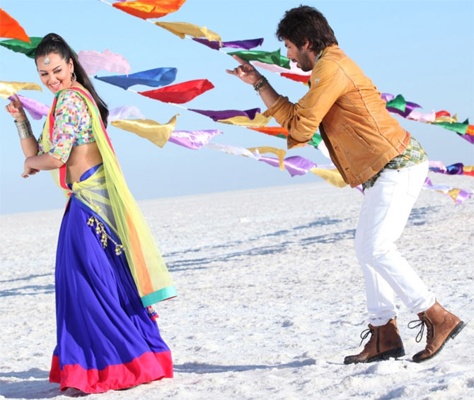 Sonakshi Sinha and Shahid Kapoor in R... Rajkumar