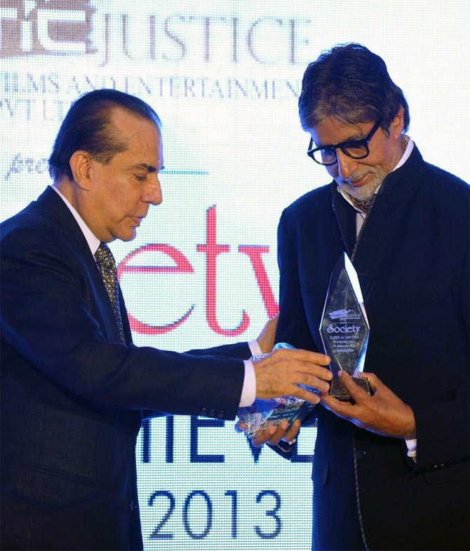 Amitabh Bachchan recieves award from Nari Hira