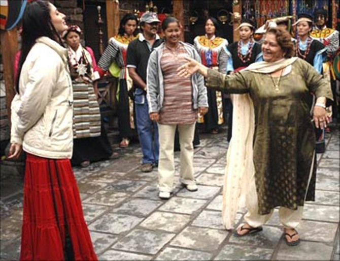 Kareena Kapoor and Saroj Khan on the sets of Jab We Met