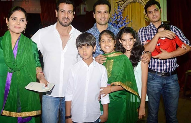 Rohit and Ronit Roy with their family.