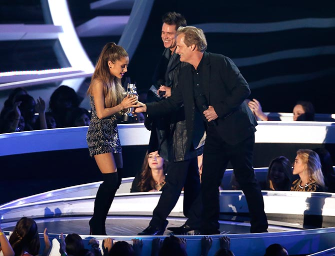 Ariana Grande with Jim Carey and Jeff Daniels