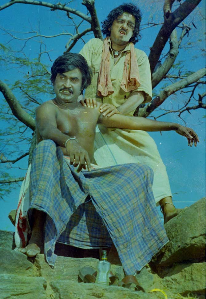 Kamal Hassan and Rajinikanth in Parattai in 16 Vayathinile