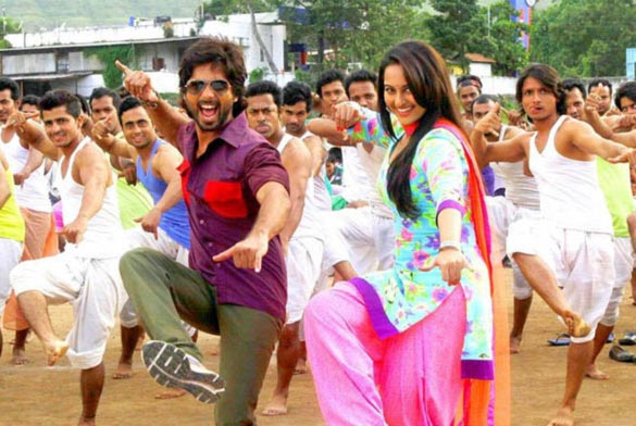Shahid Kapoor and Sonakshi Sinha in R...Rajkumar