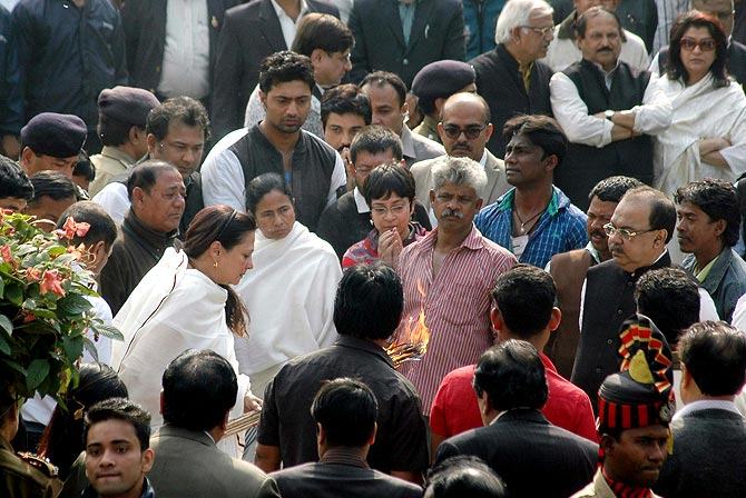 West Bengal Chief Minister Mamta Banerjee and Moon Moon Sen at Suchitra Sen's funeral.