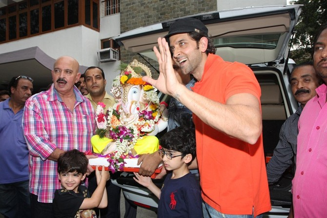 Hrithik Roshan with sons Hrehaan and Hridaan and dad Rakesh Roshan