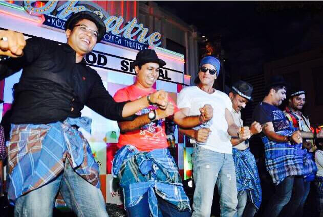Shah Rukh Khan does a Lungi Dance with his fans