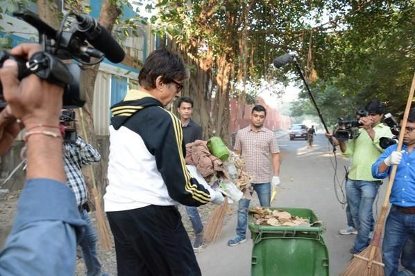 Amitabh Bachchan takes part in the Swach Bharat Abhiyaan.