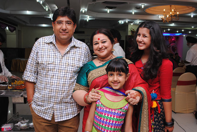 Jhanak with her parents Haril Shukla and actress mother Supriya Shukla and sister.