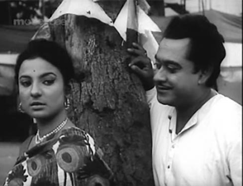 Tanuja and Kishore Kumar in Do Dooni Chaar