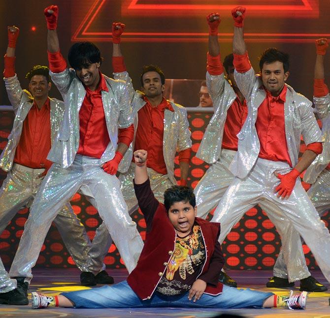 Pix Elli Avram, Salman Khan, Sonam Kapoors Diwali -3415