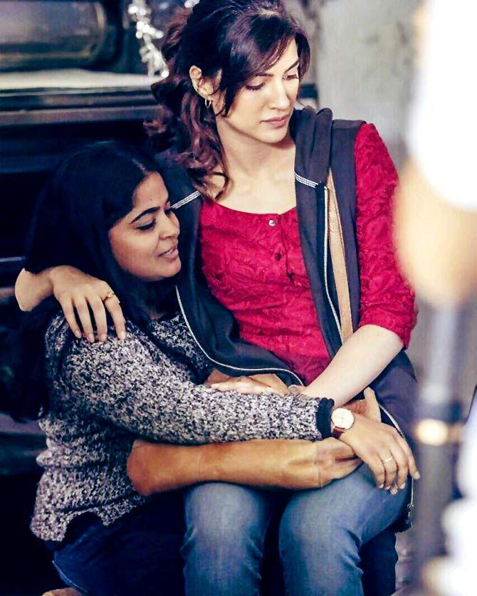 Kriti Sanon and Ashwiny Iyer Tiwari on the sets of Bareilly Ki Barfi