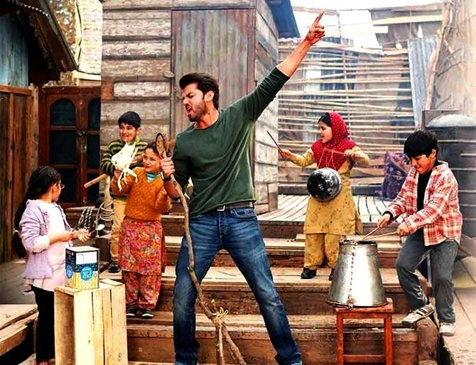 Zaheer sings Bumro Bumro