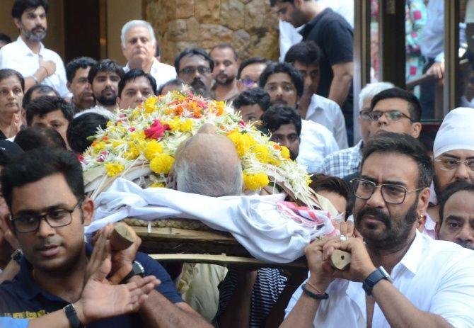 Ajay Devgn lends a shoulder to his father, Veeru Devgan's final journey.
