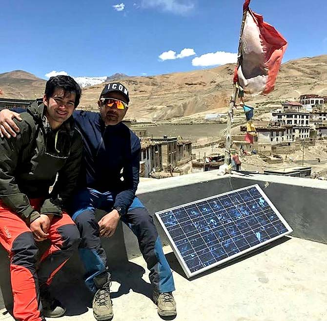 Karan with Sunny on the sets of Pal Pal Dil Ke Paas. Photograph: Kind courtesy Karan Deol/Instagram