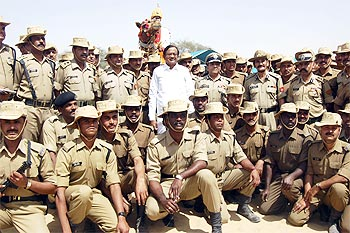 Home Minister P Chidambaram poses with security personnel at Satpal post of the India-Pak border