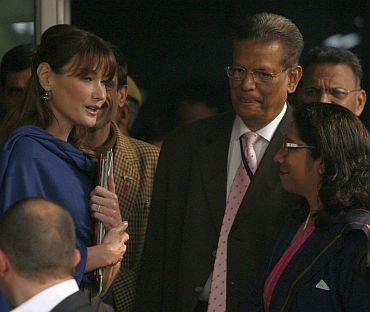Carla speaks with hospital officials after meeting with HIV patients