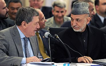 Richard Holbrooke talks to Afghanistan President Hamid Karzai in Kabul