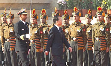 Chinese Premier Wen Jiabao receives a ceremonial reception at the Rashtrapati Bhavan in New Delhi