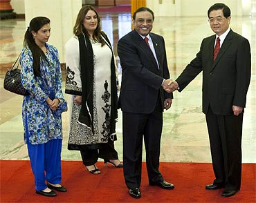 Pakistan's President Asif Ali Zardari, flanked by his daughters, with China President Hu Jintao