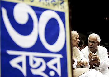 Jyoti Basu (Left) and present Chief Minister of West Bengal Buddhadeb Bhattacharya attend the 30th anniversary celebrations of the communist party government in Kolkata June 21, 2007.