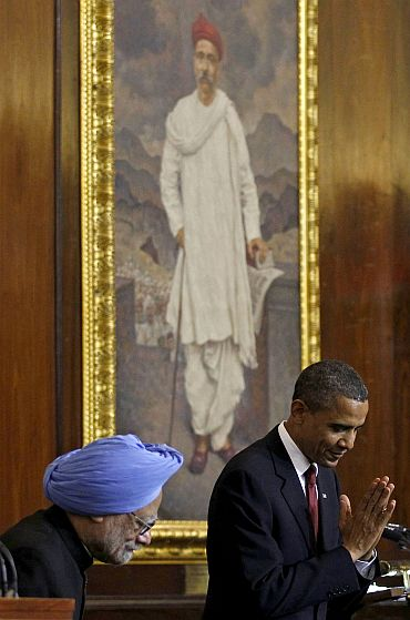 Obama bows to the audience beside Dr Manmohan Singh after delivering the speech at Parliament