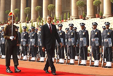 -U.S. President Barack Obama inspects an honour guard at Rashtrapati Bhavan
