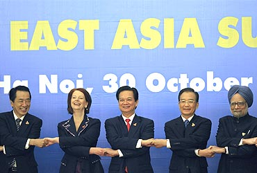 Japan's Prime Minister Naoto Kan (L), Australia's PM Julia Gillard (2nd L), Vietnam's PM Nguyen Tan Dung (C), China's Premier Wen Jiabao (2nd R) and PM Dr Singh join handsduring the 5th East Asia Summit in Hanoi
