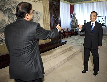 Pakistan's President Asif Ali Zardari and China's Premier Wen Jiabao greet each other
