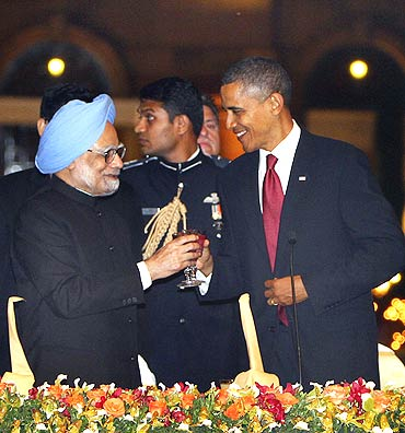 US President Barack Obama shares a toast with Prime Minister Manmohan Singh during the State dinner at Rashtrapati Bhavan