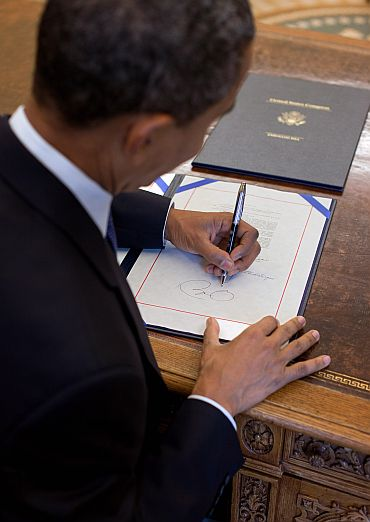Obama signs an agreement