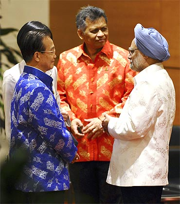 China's Premier Wen Jiabao with Prime Minister Manmohan Singh and ASEAN Secretary General Surin Pitsuwan