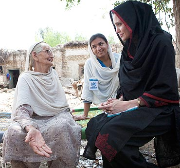 Jolie  meets 64-year-old Zenul Hawa at her flood damaged home in Khyber Pakhtunkhwa