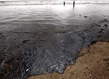 In PHOTOS: Oil spill threat to Mumbai shoreline - Rediff ...