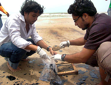 Experts collect samples of oil, sand at Juhu beach