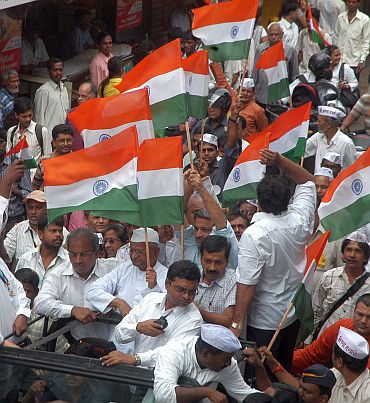 Anna Hazare with supporters in Dadar