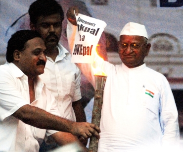 Anna Hazare burns a copy of the government's draft Lokpal Bill