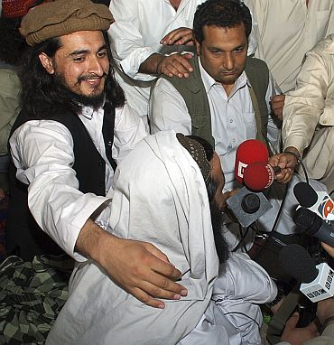 Pakistan Taliban commander Hakimullah Mehsud (L) is seen with his arm around Taliban chief Baitullah Mehsud during a news conference in South Waziristan