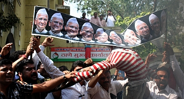 NCP supporters burn Hazare's effigy following his remarks against Pawar