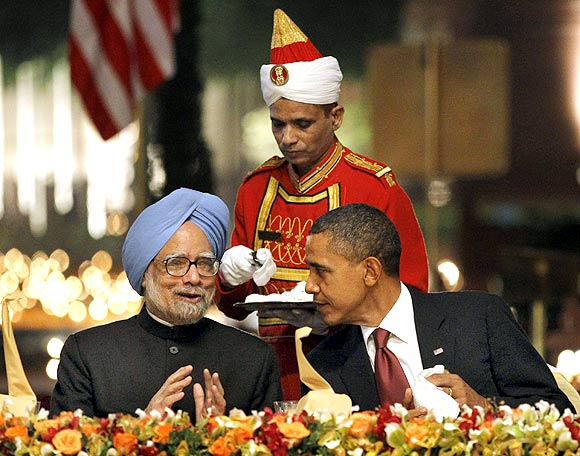 US President Barack Obama with Indian Prime Minister Manmohan Singh during the state dinner at Rashtrapati Bhavan in New Delhi, November 8, 2010