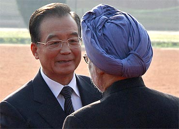 Chinese Premier Jiabao talks to PM Singh during Wen's ceremonial reception in New Delhi