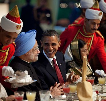 Obama and Prime Minister Manmohan Singh chat during the State Dinner at Rashtrapati Bhavan