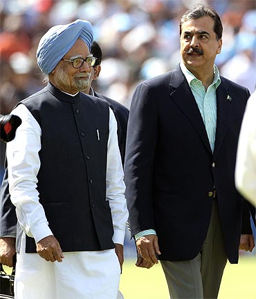 PM Singh and Gilani walk on to the field to greet the players from both teams ahead of the match at Mohali