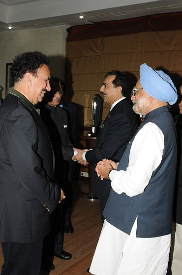 PM interacts with Rehman Malik while Gilani is seen talking to Shivraj Patil