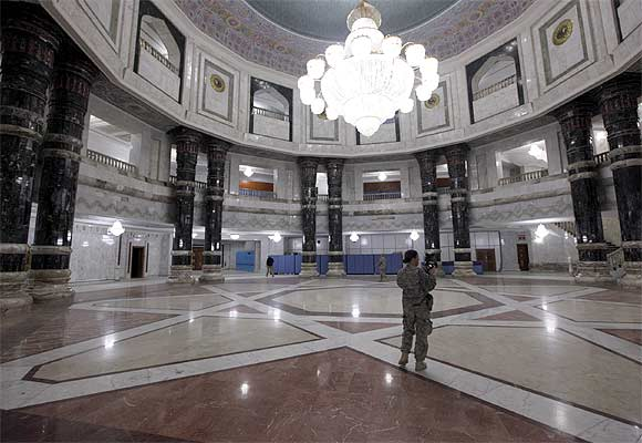 US soldiers tour at Al-Faw palace within Victory Base Compound before it is handed over to the Iraqi government in Baghdad