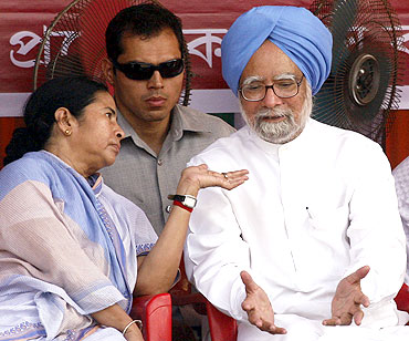 Prime Minister Manmohan Singh with West Bengal CM Mamata Banerjee